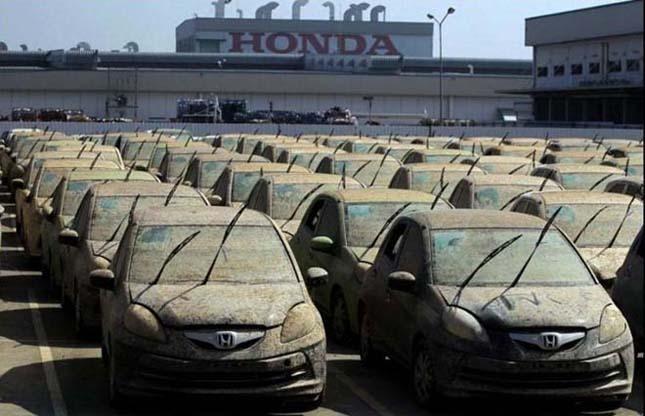 A Honda 1000 árvíztől sérült autót zúzott be Thaiföldön