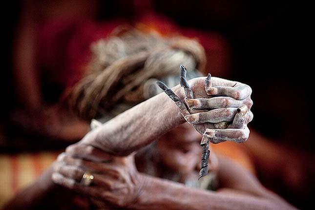 40 éve felemelt kézzel él egy india férfi