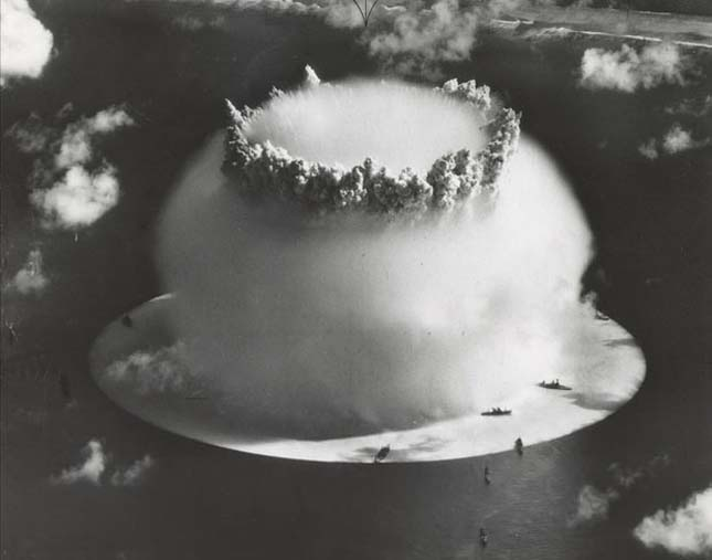 Az első vízalatti atombomba felrobbantása