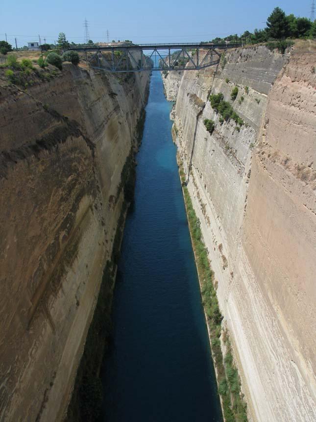 Besenyei átrepült a Korinthoszi-csatornán