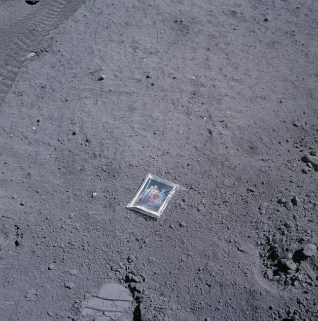 Csaladi kép a Holdon