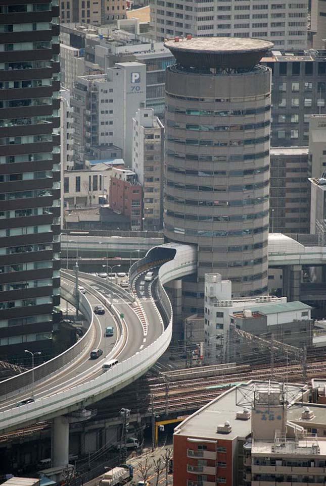 Gate Tower Building, az osakai épület, amin egy autópálya halad keresztül