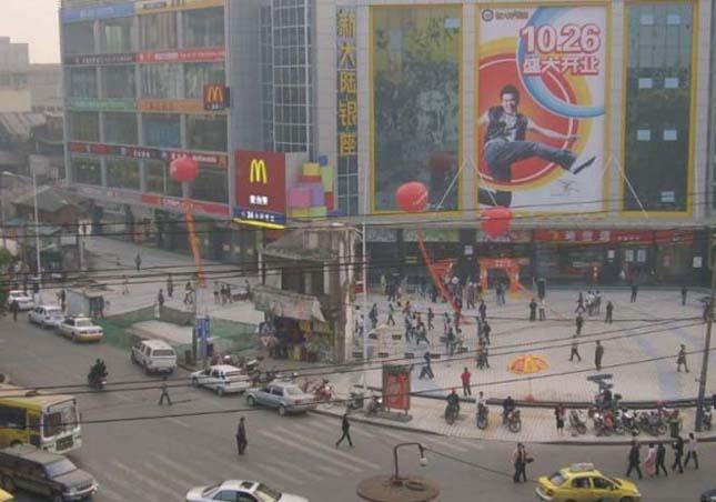 Családi ház egy kínai autópálya közepén