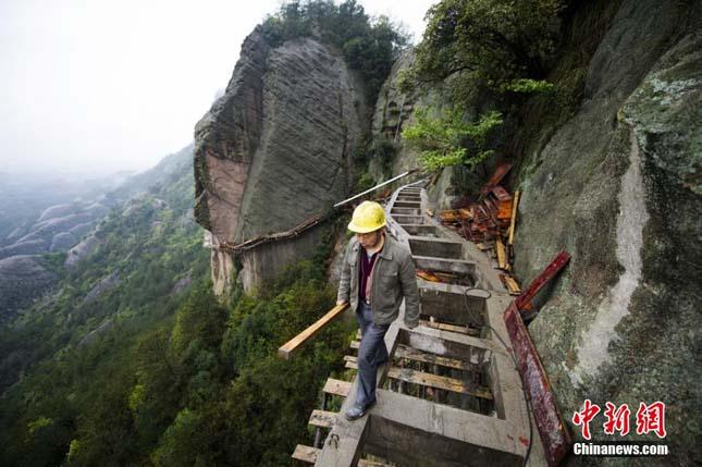 Hegyi ösvény építése