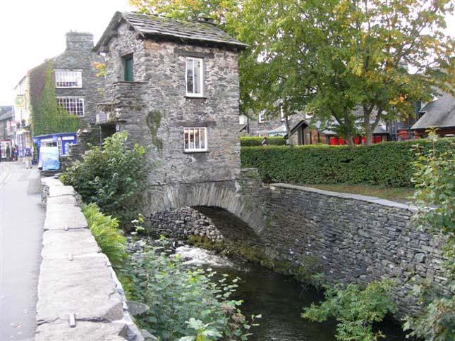 Hídra épült házak