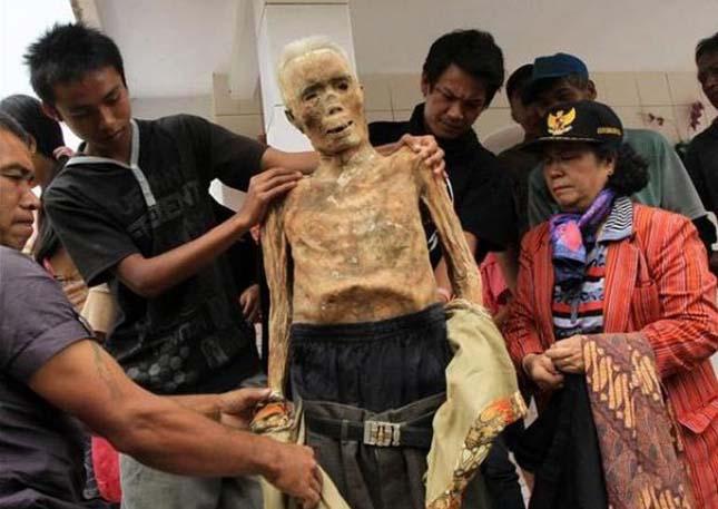 Holttestek kiásása Indonéziában