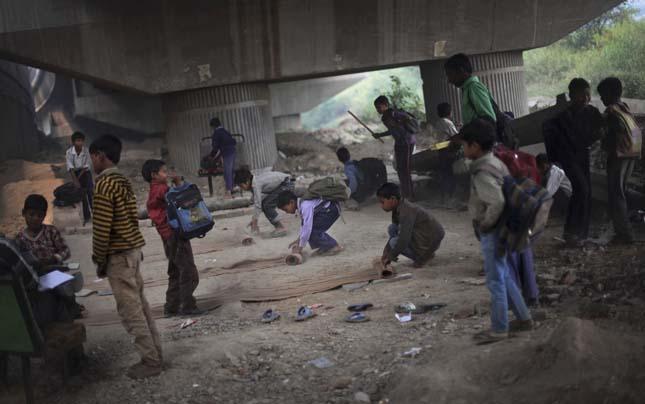 Iskola egy indai híd alatt