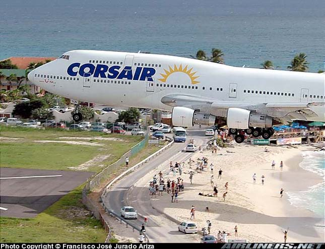 Maho Beach, a tengerpart repülők szállnak a strandolók feje felett
