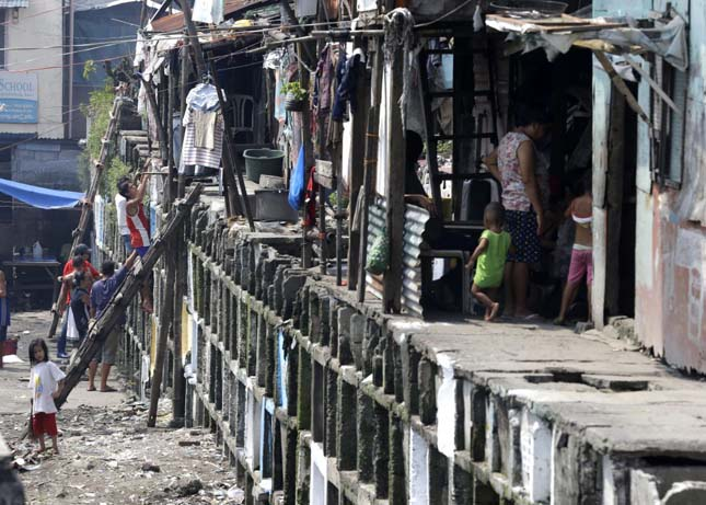 Több ezer ember él a manilai temetőben