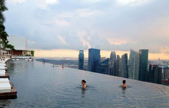 Medence a Marina Bay Sands szálloda tetején