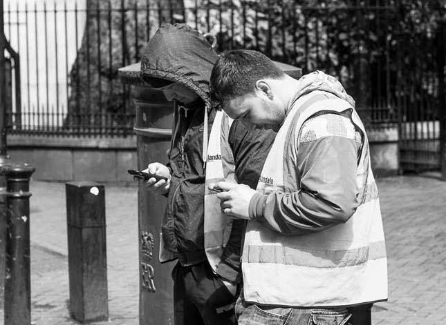 Telefonáló emberek