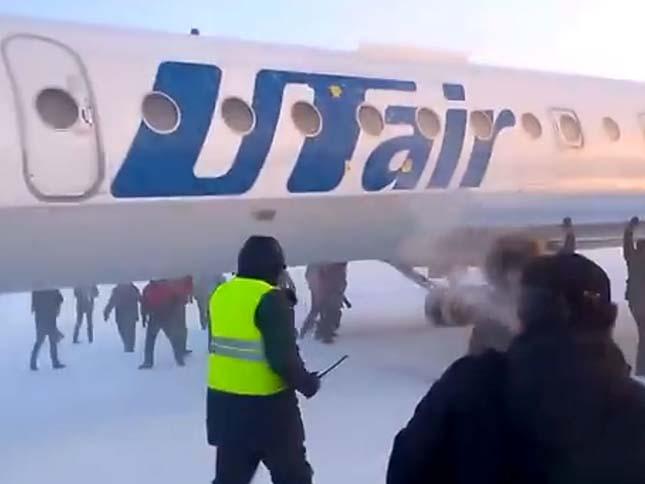 Utasok tolták meg a repülőgépet