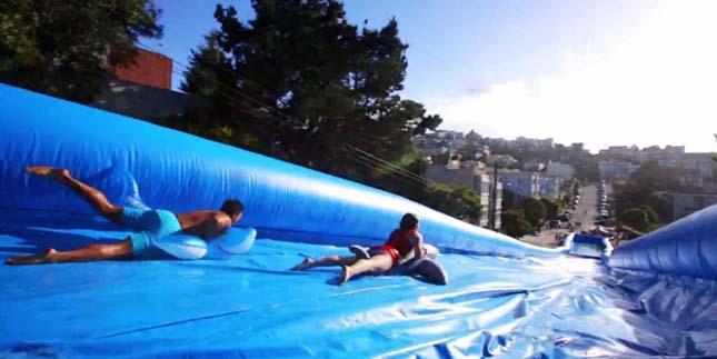 Vízi csúszda San Francisco utcáin
