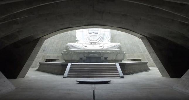 Levendulamező öleli körbe a hatalmas Buddha szobrot