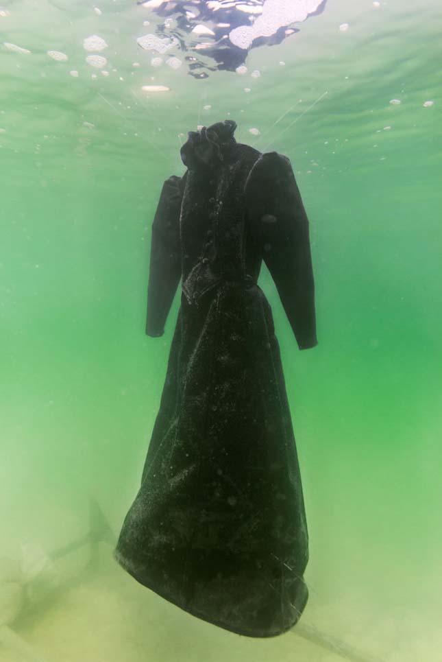 Sószoborrá változott a ruha a Holt-tengerben