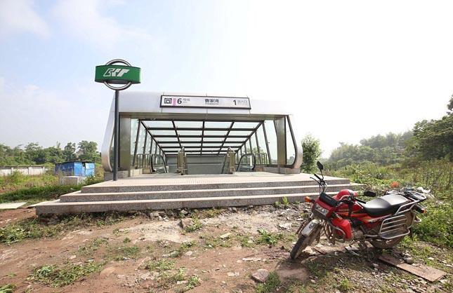 Csungkingi metró - a semmi közepén álló metrómeálló