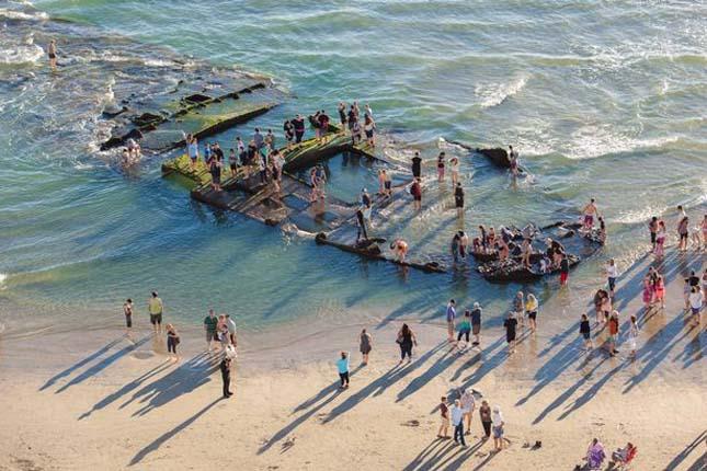 Partra sodródott hajóroncs