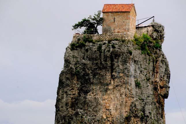 Szerezetes él a sziklaoszlopon