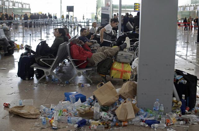 Szemétben gázolnak az utasok a barcelonai reptéren