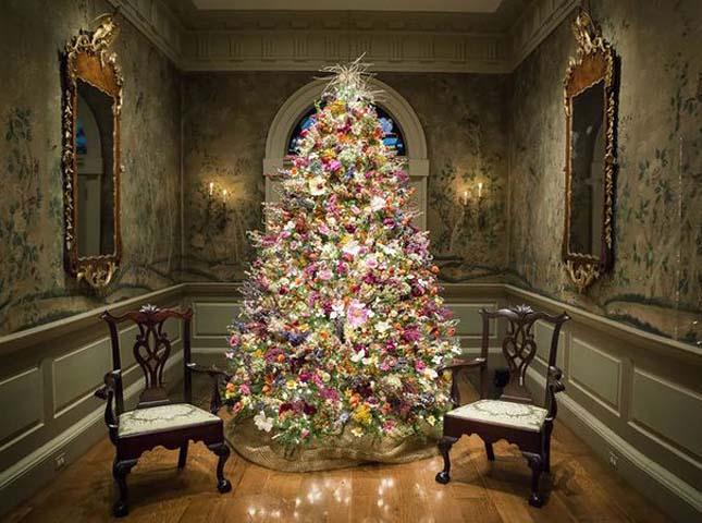Virágokkal díszített karácsonyfák
