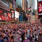 Ezrek jógáztak a Times Square-en, New Yorkban