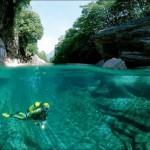 Gyönyörű kristálytiszta folyó Svájc hegyeiben