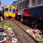 Különleges thai piac, amin keresztül megy a vasút