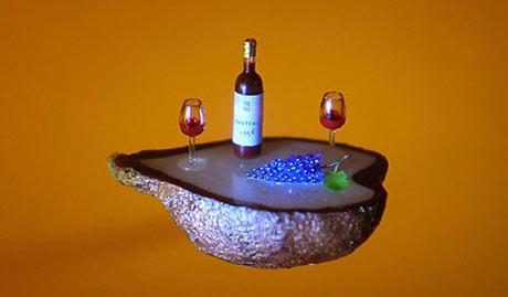 Egy üveg bor és poharak egy szőlőszemen