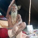 40 éve él felemelt kézzel egy indiai férfi