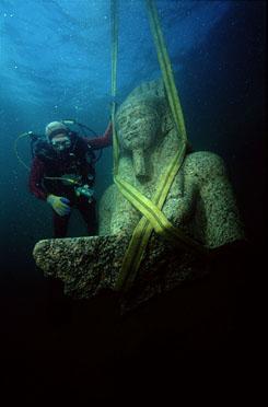 Hapi, az áradó Nílus istenének szobra