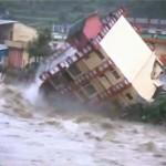 Épületek omlanak a folyóba – Pusztító árvíz Észak-Indiában