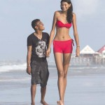 206 centiméter az egyik legmagasabb lány a világon