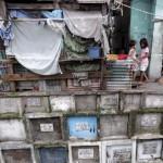 Több ezer ember él Manila legnagyobb temetőjében