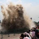 Csapó árhullám a Qiantang-folyón – látványos árapály jelenség Kínában