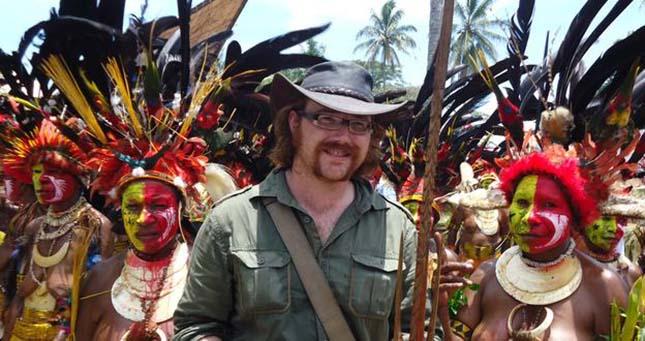 tánc az őslakosokkal Pápua Új-Guinea-ban.