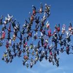 Látványos ejtőernyős világrekord – 138 ember formált hópelyhet a levegőben