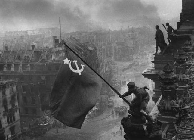 Zászló a Reichstag-on (Yevgeny KhaldeiJevgenyij Haldej, 1945)