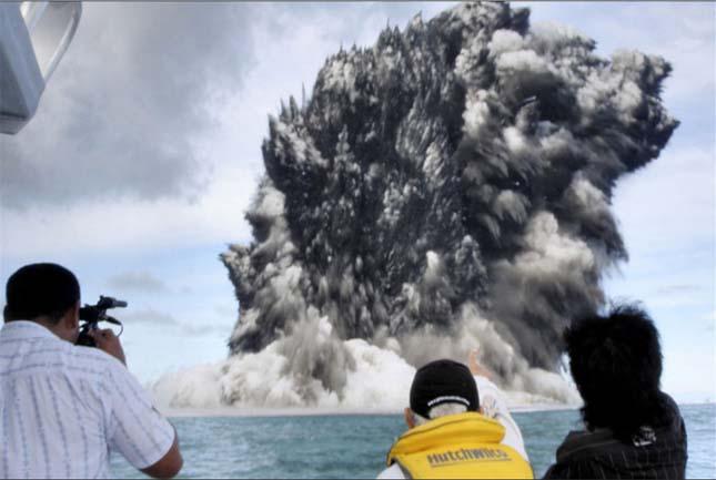 Vízalatti vulkánkitörés Tonga partjainál