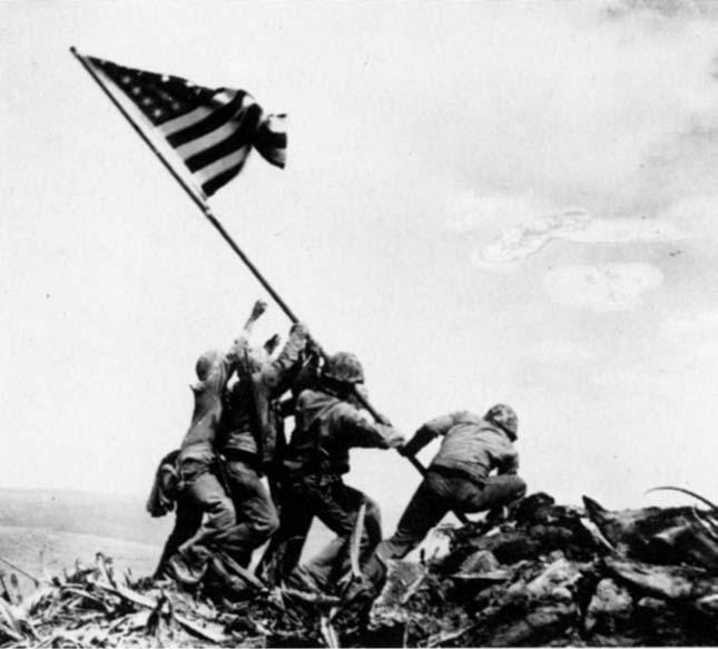 14Zászló Iwo Jima szigetén (Joe Rosenthal, 1945)