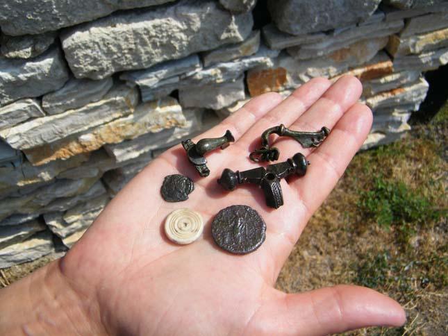 Római kori ruhakapcsoló tűk, pénzek és egy csont játékkorong