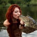 Aki együtt úszik a krokodilokkal