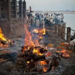 A holtak elégetési szertartása az indiai Varanasiban