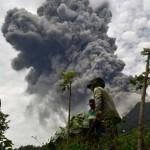 Forró hamut szór a Sinabung vulkán Szumátra lakóira