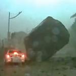 Gigantikus szikla csapódott egy autóútra [Videó]