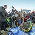 Kiemelték a tóból a cseljabinszki meteorit fél tonnás darabját