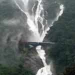 Vonatozás a Dudhsagar vízesés előtt
