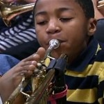 Lábával trombitál a karok nélkül született kisfiú, Jahmir Wallace