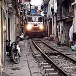 Vasúti pálya Hanoi szűk utcáiban