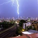 Egy ritka jelenség – egyszerre csapott villám Chicago három felhőkarcolójába [Videó]