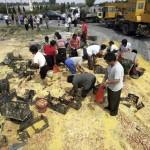 Felborult teherautók termékeinek kifosztása Kínában